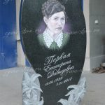 Резной памятник с лилиями и цветным портретом (общий вид)