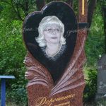 Памятник из красного и черного гранита (стела)